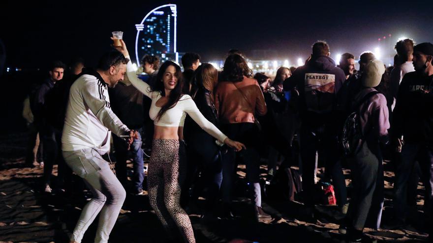 Nova nit d'aglomeracions i «botellons» a Barcelona