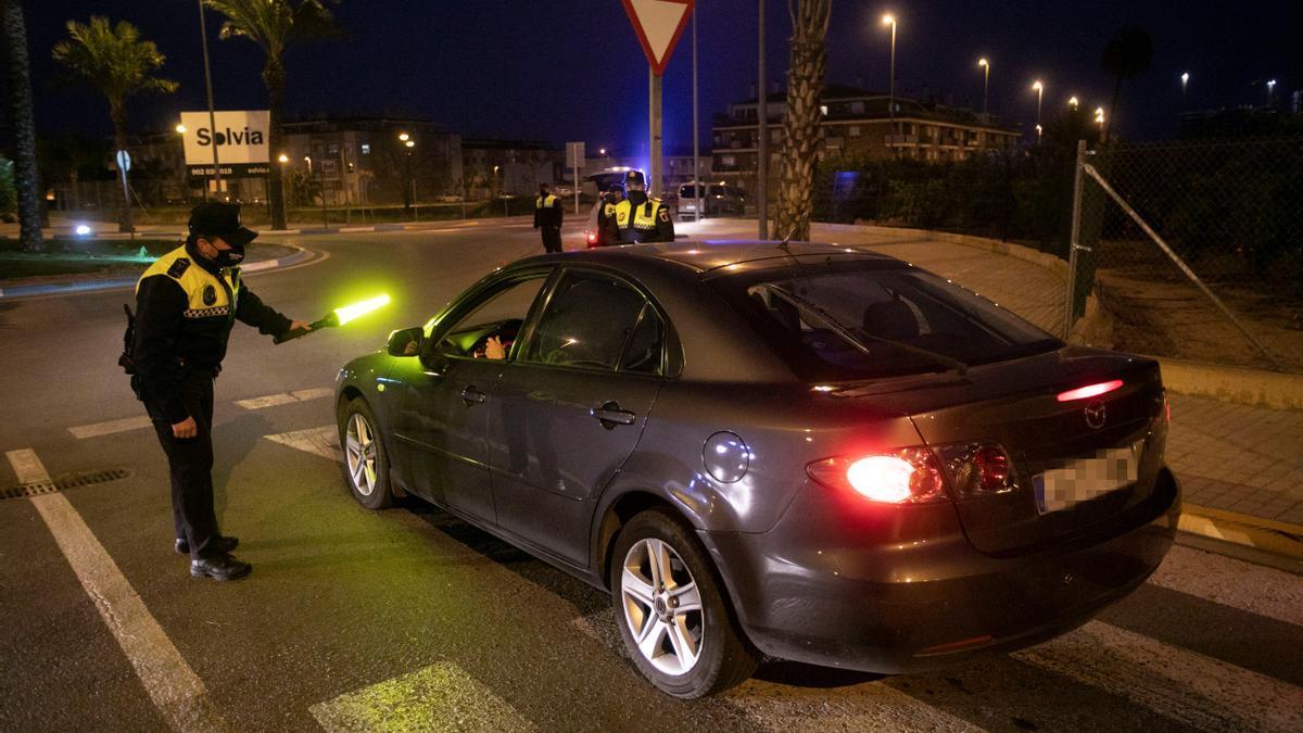 La policía local controla el acceso a Canet d'en Berenguer