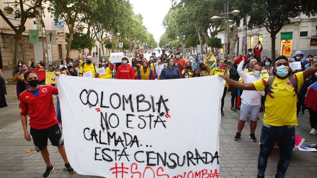 Concentración de colombianos en el Bulevar del Gran Capitán.
