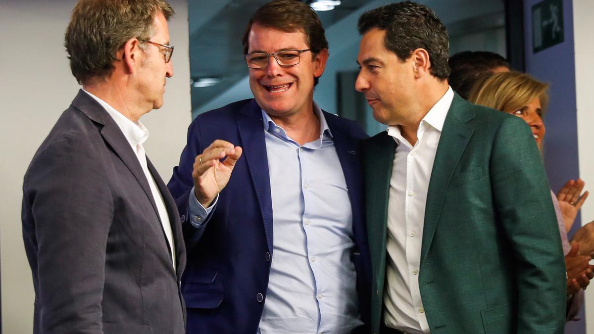 Mañueco y Moreno charlan con Feijóo, en una foto de archivo.