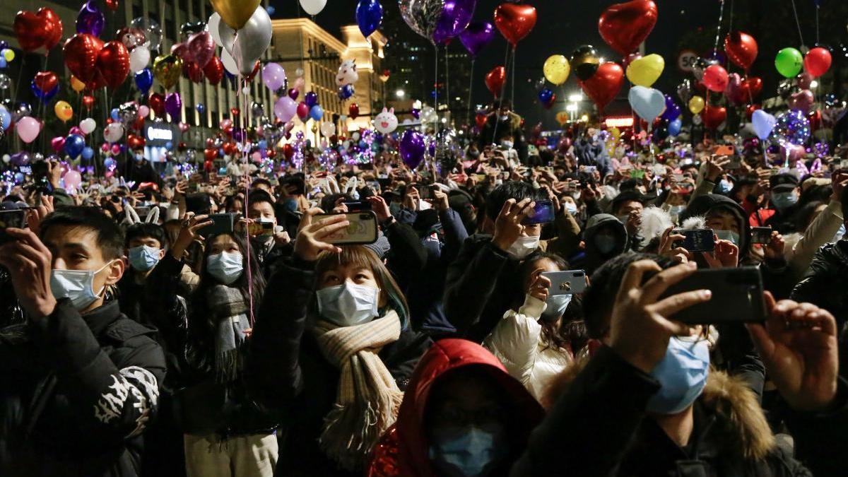 Veïns de Wuhan celebrant l'entrada al nou any |