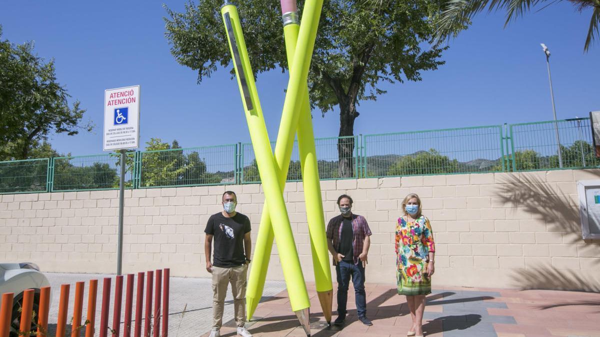 Una escultura en homenaje a la escuela pública