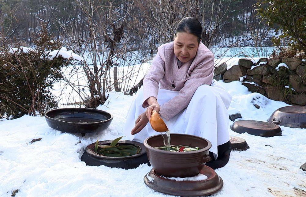 Corea del Sur - El Kimjang, modo de preparar y compartir conservas kimchi.
