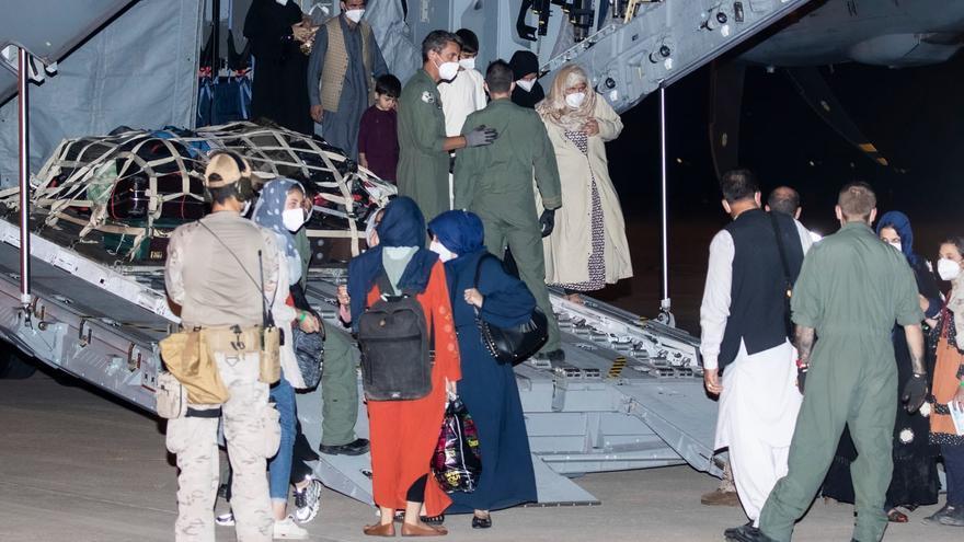 Arriba a Madrid el primer avió amb més d'una cinquantena de persones procedents de l'Afganistan