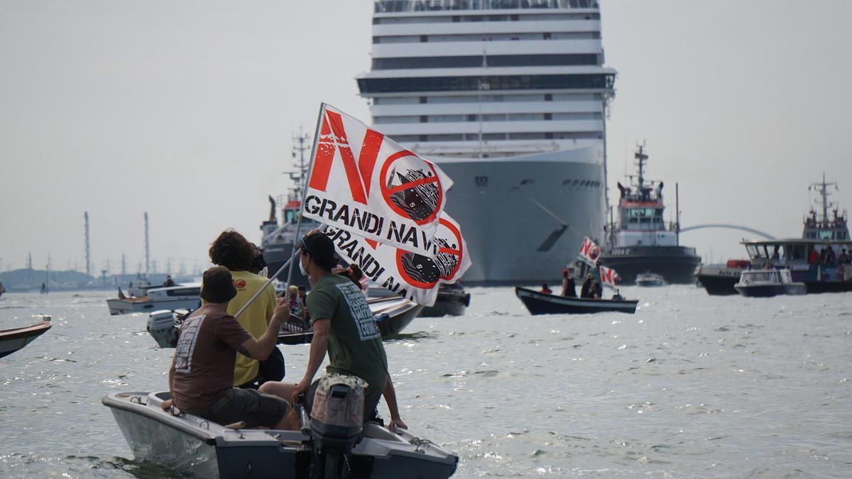 Venecianos se manifiestan para reclamar la prohibición de la entrada de cruceros en la ciudad