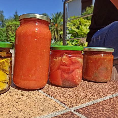 Tarros de tomate triturado.