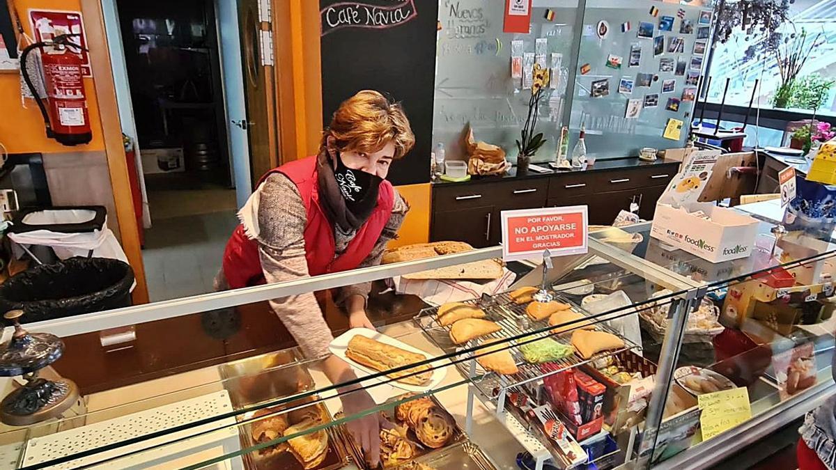 Natalia Berraquera, ayer, en su pastelería de Gran Alacant.
