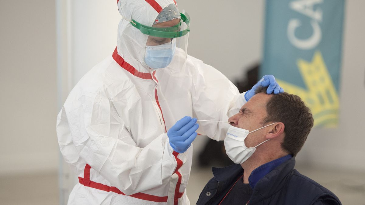 Un hombre se somete a una PCR en Salamanca.