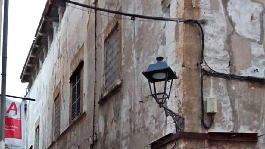 Cort corta la calle junto a Can Serra por  el riesgo de desprendimientos del tejado
