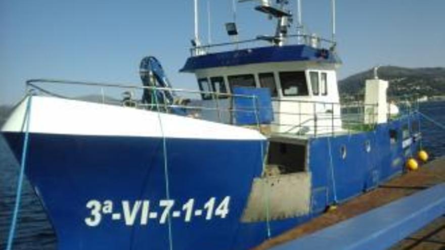 Cinco marineros rescatados tras naufragar un pesquero en Ribadeo