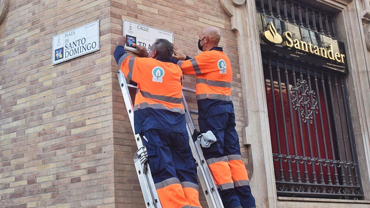 Dos operarios colocaron ayer las placas inteligentes en Santo Domingo y Trapería.