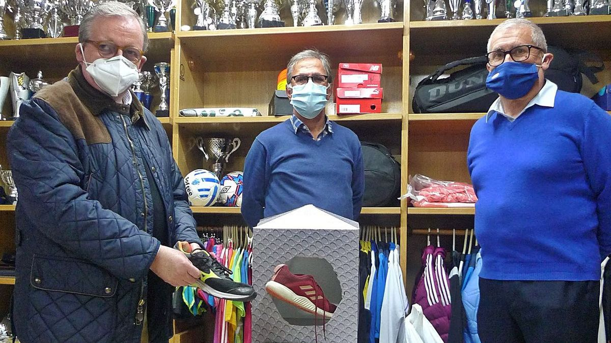 Francisco Carrió, Juan Escrivà i Vicent Just, dijous, a la botiga Tecnoesport de Gandia. | JOSEP CAMACHO