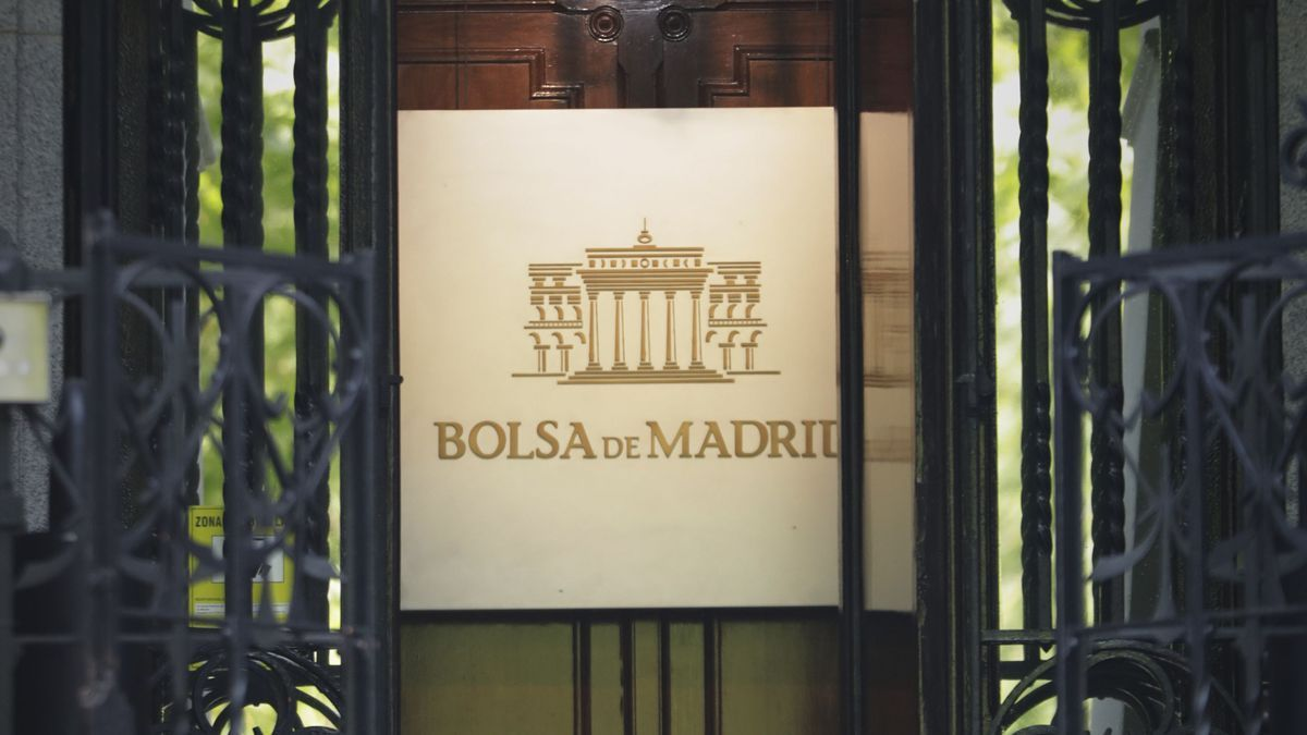 Puerta de entrada al edificio de la Bolsa de Madrid.