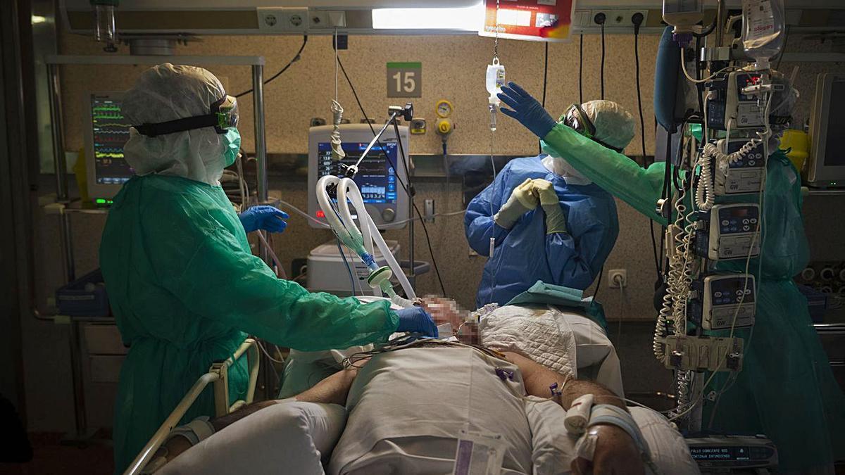 Sanitarios atienden a un enfermo de COVID en el hospital Povisa en la primera ola. |   // M. RIOPA