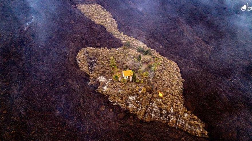 Erupción volcánica en La Palma | Una casa se salva in extremis de ser engullida por la lava