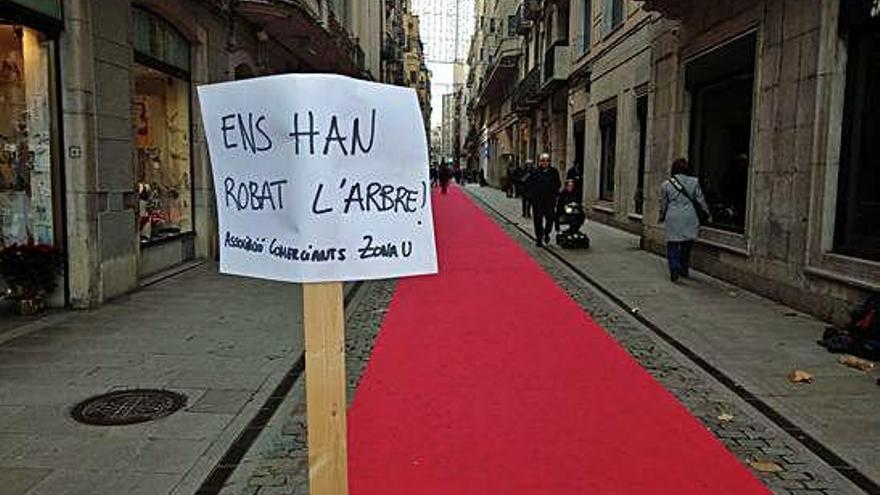 Roben un arbre de Nadal del carrer Nou de Girona