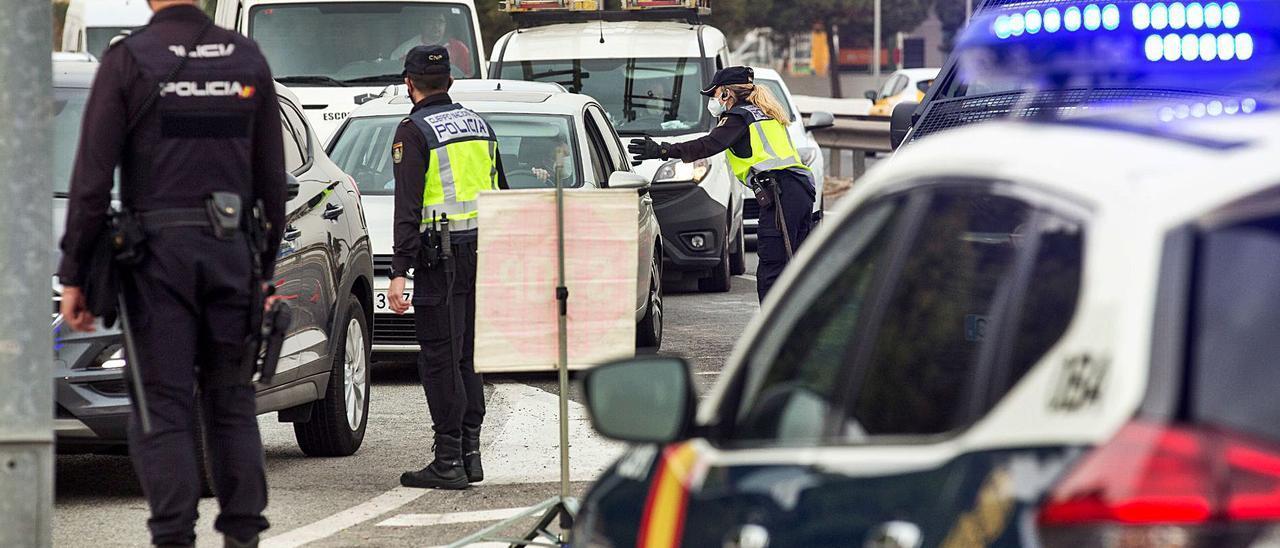 Una de las medidas que se han suavizado en los últimos días ha sido el cierre perimetral de los grandes municipios.   ALEX DOMÍNGUEZ