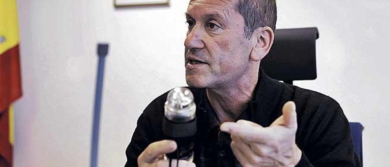 Miguel Félix Chicón, jefe  del Centro de Salvamento Marítimo de Palma, muestra una luz estroboscópica para el chaleco salvavidas.