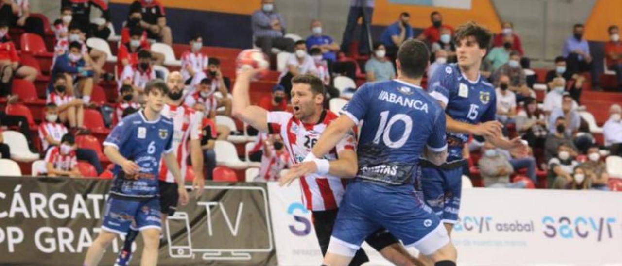 Dani Cerqueira y David Iglesias intentan frenar a Pomeranz en el partido de ayer.    // PEPA CONESA