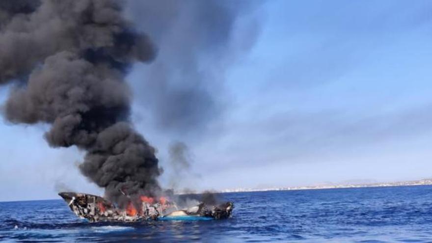 Incendio en un pesquero cerca del puerto de La Vila Joiosa