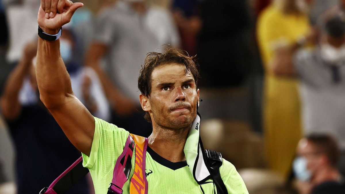 Un cariacontecido Nadal se despide de los aficionados tras su derrota ante Djokovic.