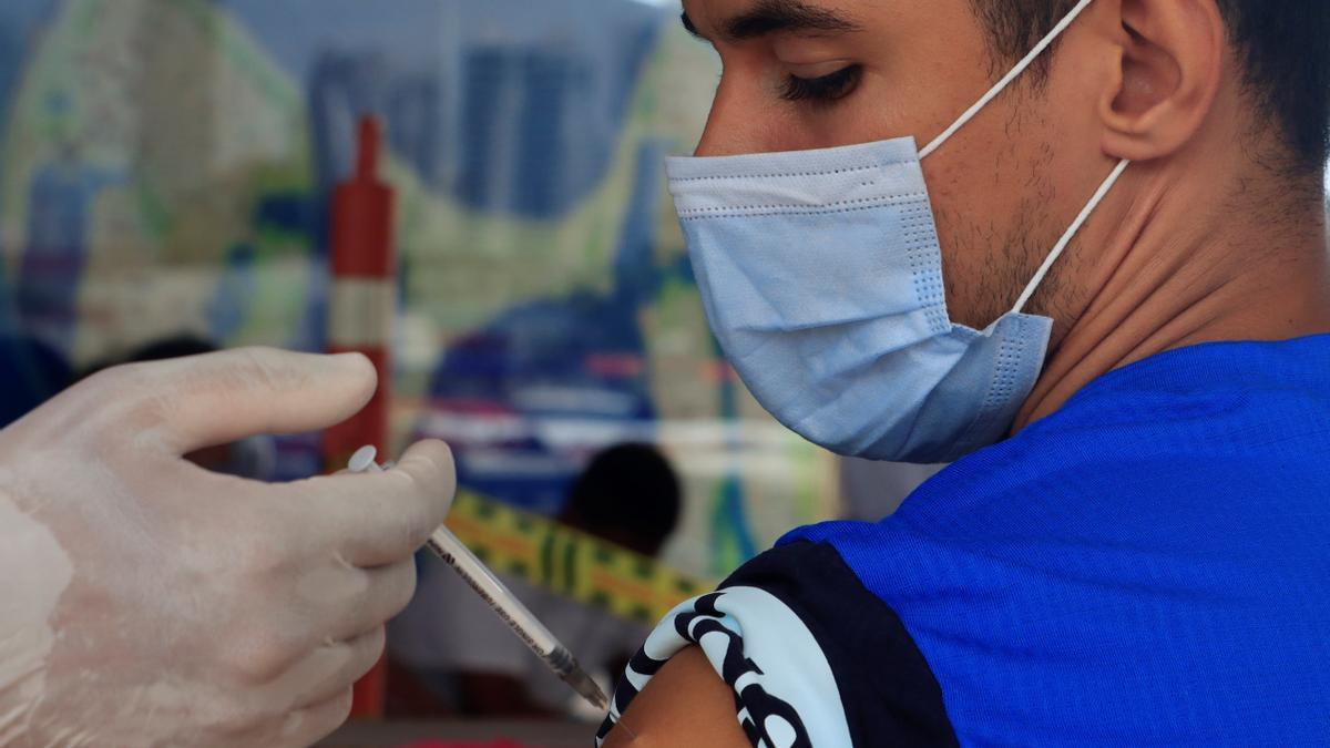Joven recibiendo la vacuna contra el COVID.