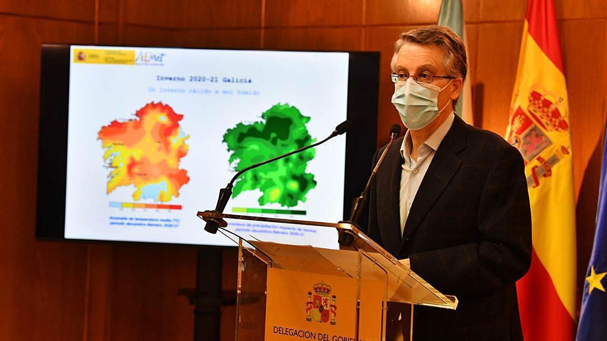 El delegado de la Aemet en Galicia en la presentación ayer en A Coruña. |   // VÍCTOR ECHAVE