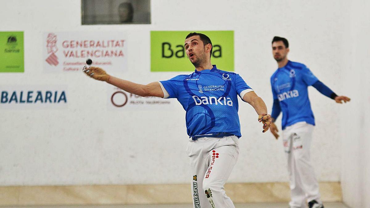 Pere jugant de volea en una partida de la Lliga disputada al trinquet Pelayo.   FUNPIVAL