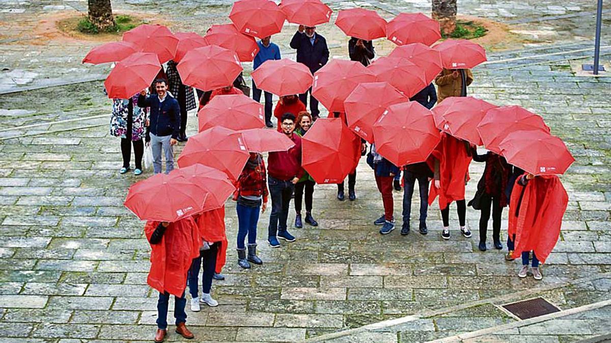 Un lazo simbólico contra el sida en el Parc de la Mar un 1 de diciembre, Día Mundial contra el Sida.
