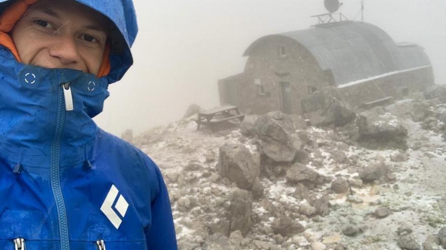 Nieve en agosto: el refugio de Cabrones amanece bajo un manto blanco