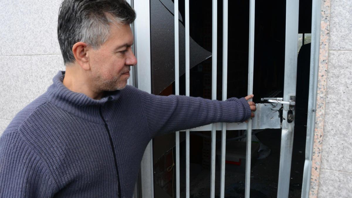 Jesús González muestra el destroza en una puerta de su casa. / G.N.