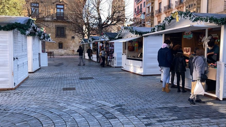 Artesanos del mercadillo navideño de la plaza de la Catedral piden cubrir el espacio el año que viene para combatir el frío y la lluvia