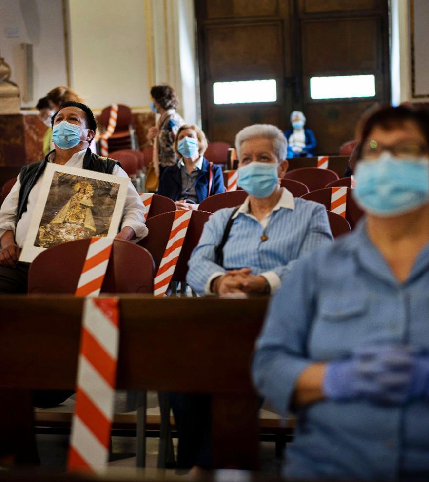 Fieles, en la Basílica de la Virgen, tras  superarse las restricciones iniciales de la  pandemia. germán caballero