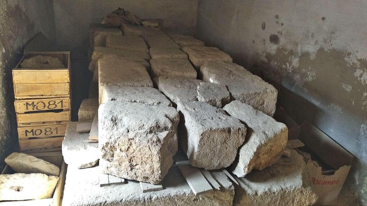Las piedras de la tumba, en un almacén de la Alcazaba.