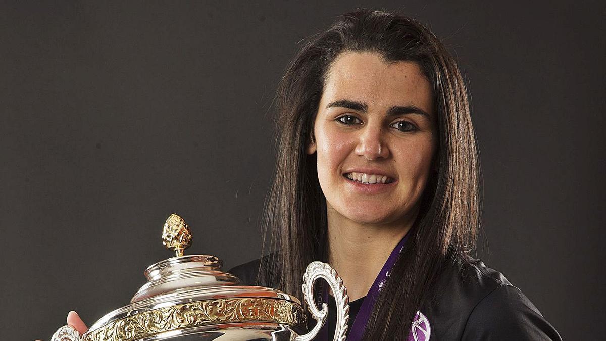 Leticia Romero posa con la Copa de la Eurocup Women conquistada por el Valencia Basket.    I. FERRERA/M.A. POLO