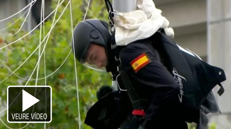 Vídeo: Un paracaigudista de l'exèrcit xoca contra un fanal