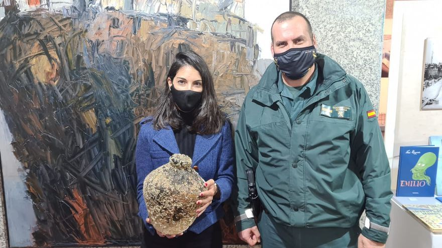 La Guardia Civil entrega al Museo del Mar de Vigo una anforeta hallada por un pesquero en Cee
