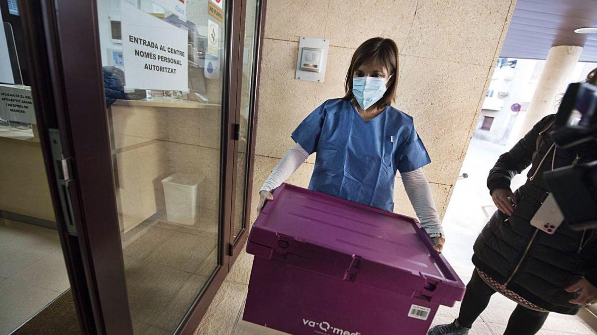 Una infermera entra amb la caixa de les vacunes a la residència de Sant Joan de Vilatorrada