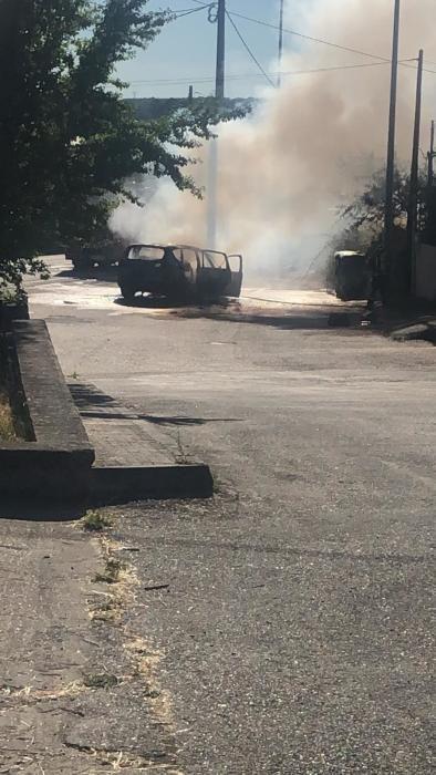 Incendio de un coche y una finca urbana en Mombuey
