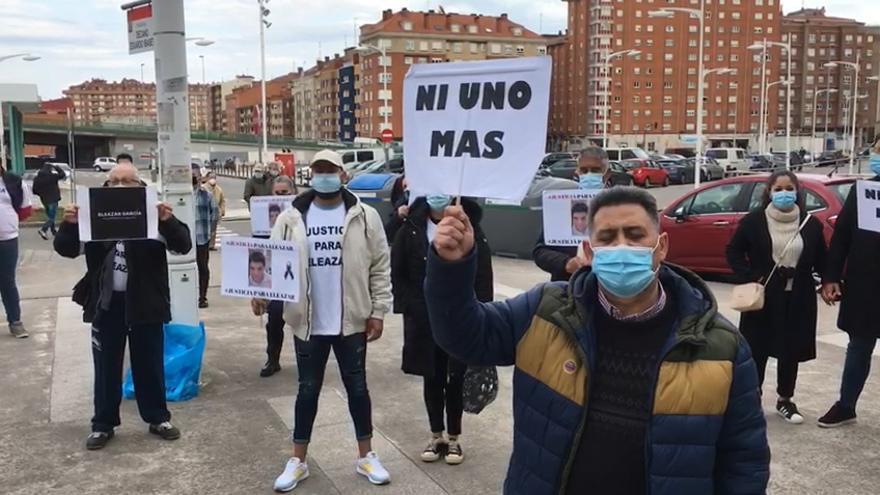 """""""Ni uno más"""": el grito de apoyo en la concentración organizada en Gijón en apoyo de la familia de Eliazar García"""