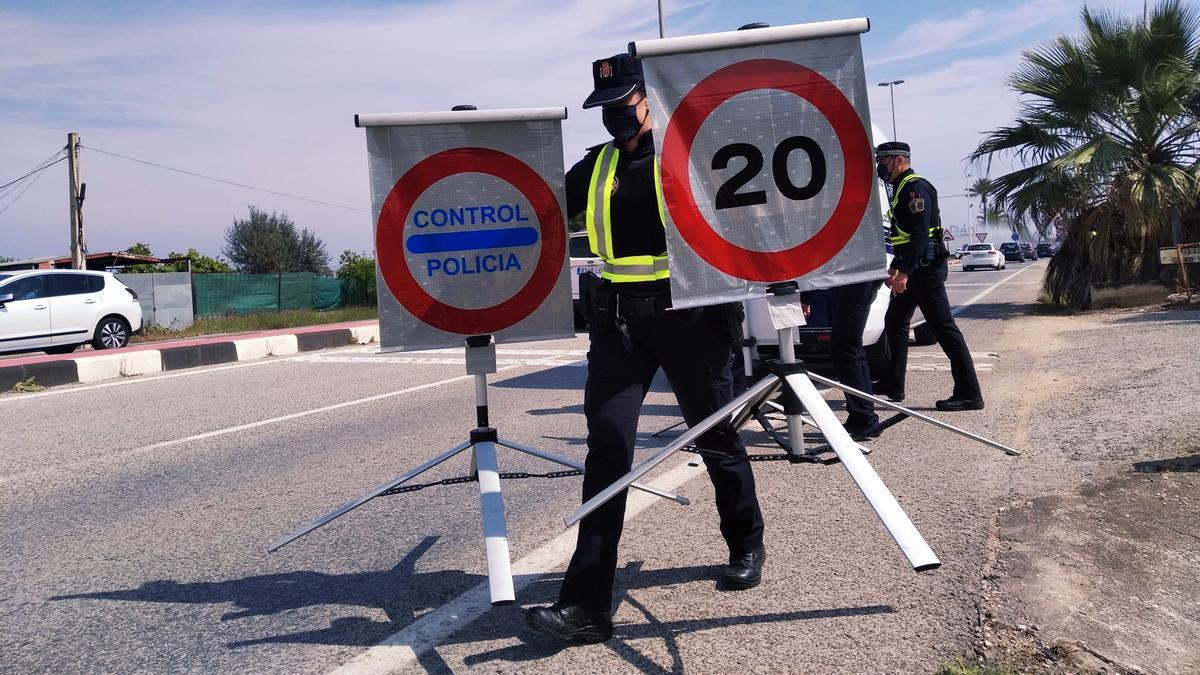 Los agentes montan un control policial en la entrada al municipio