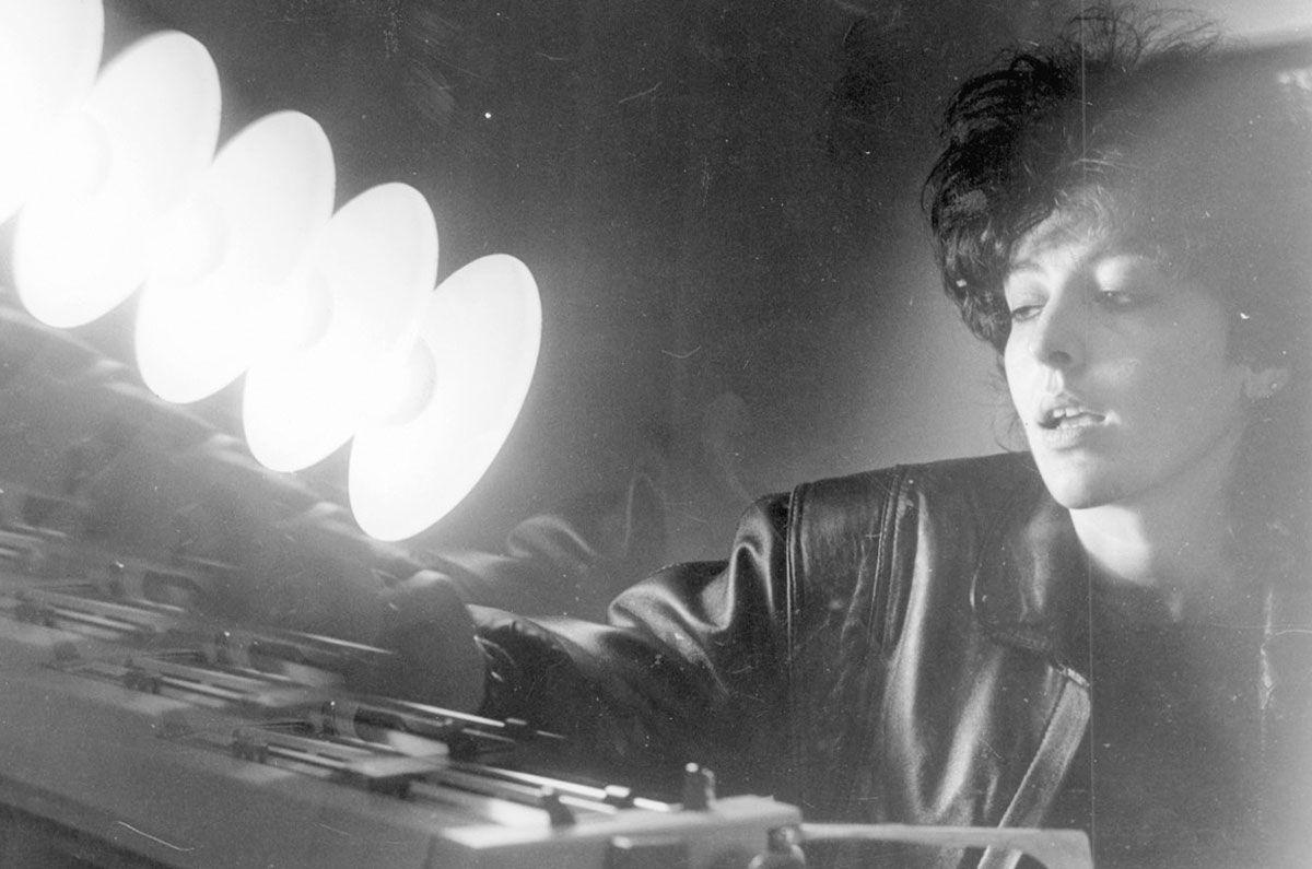 Xela Arias a traballar na máquina de escribir (Foto de Cameselle, Faro de Vigo)