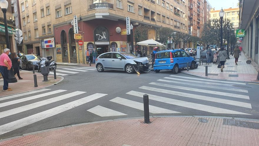 Aparatoso accidente entre dos coches en Gijón