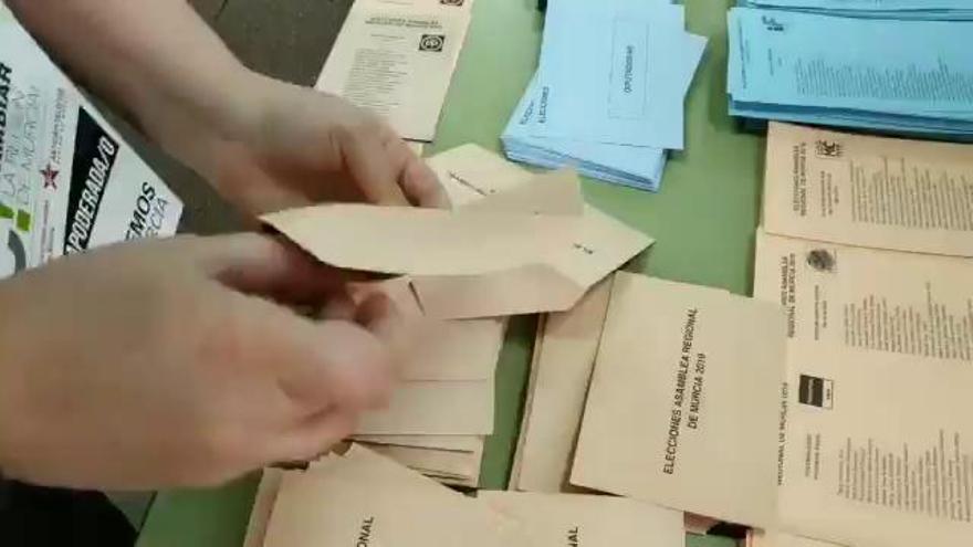 Denuncian la presencia de sobres con papeletas del PP en un colegio de Murcia