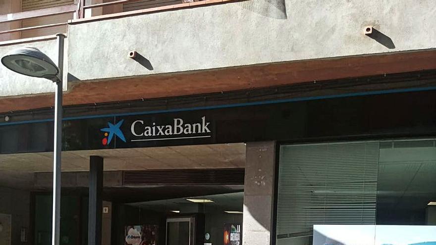 Indignació a Calonge pel tancament de l'únic banc del nucli