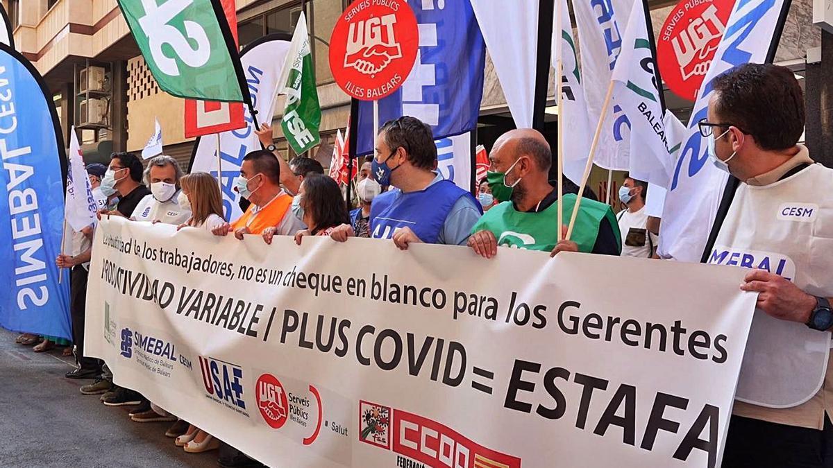 Profesionales del IB-Salut protestan, ayer, a las puertas de la sede en Palma. | SATSE
