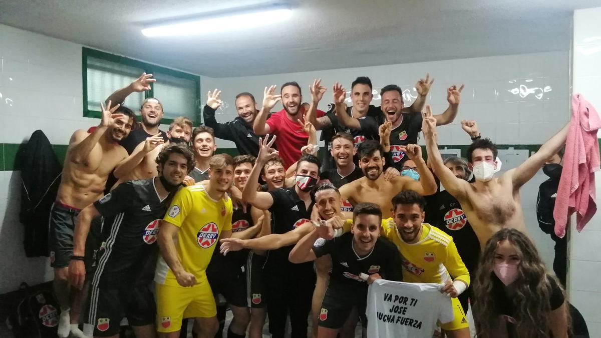 Los jugadores del Llerenense festejan en el vestuario la victoria ante el Valdivia.