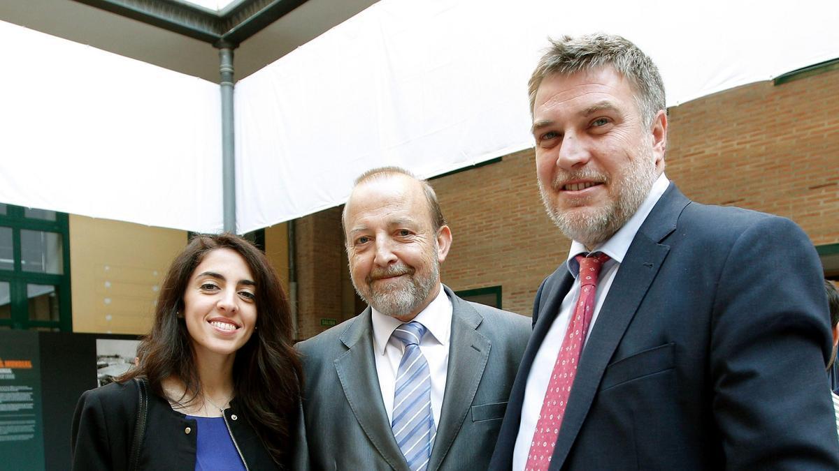 """Pablo Mantilla (a la derecha) durante la inauguración de la exposición """"Blanquinegre el Valencia CF en los archivos de la Agencia EFE"""""""