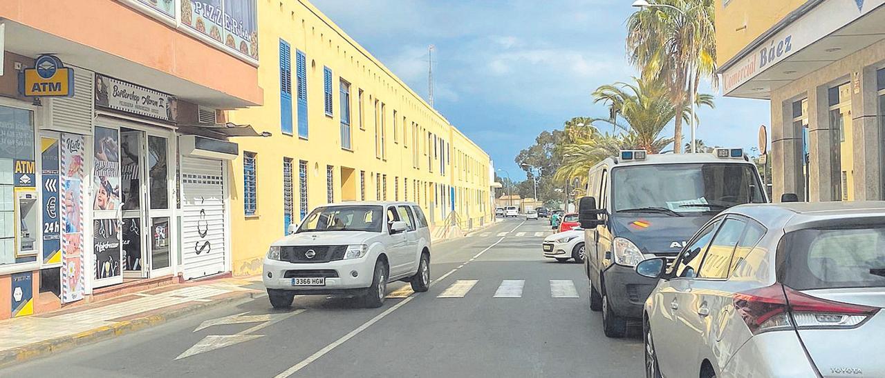 Un furgón de la Policía Nacional frente a la peluquería de Arguineguín registrada el pasado viernes.jpg