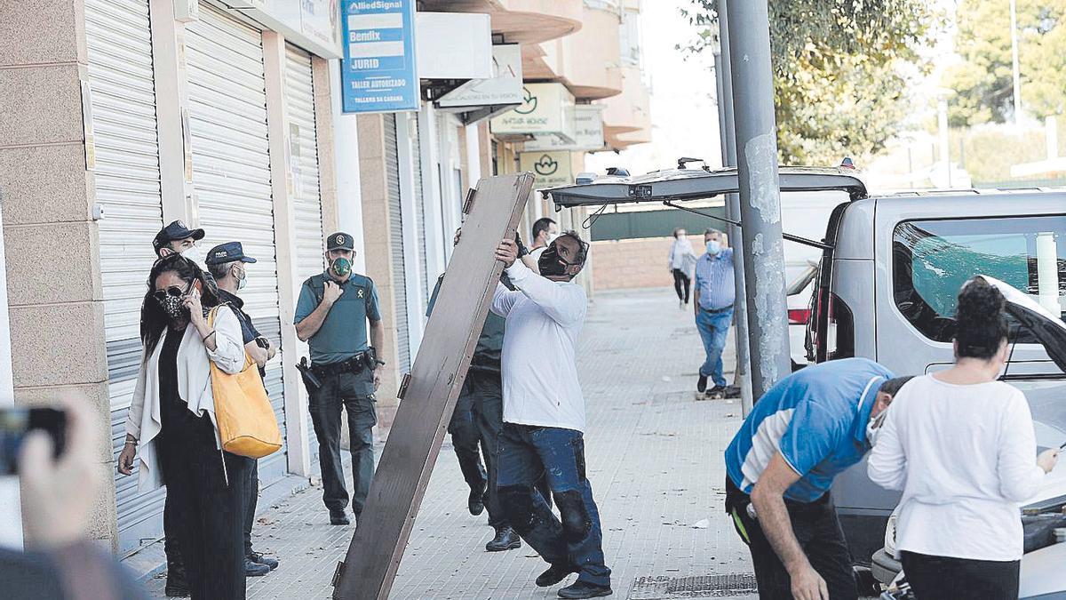 Vecinos y agentes de la Guardia Civil ayer ante el inmueble.